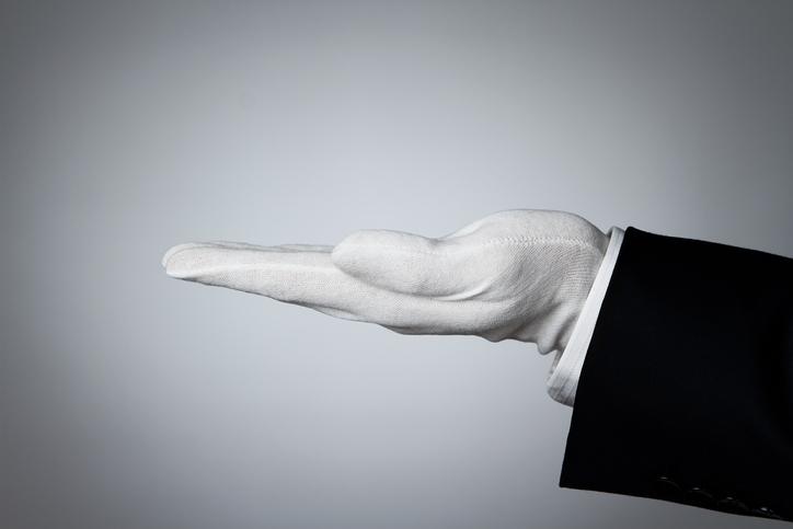 白い手袋をした男性